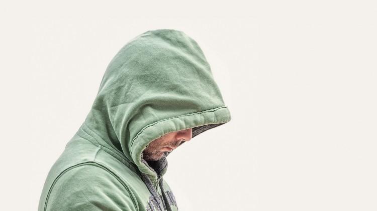 homme avec pullover qui a des regrets