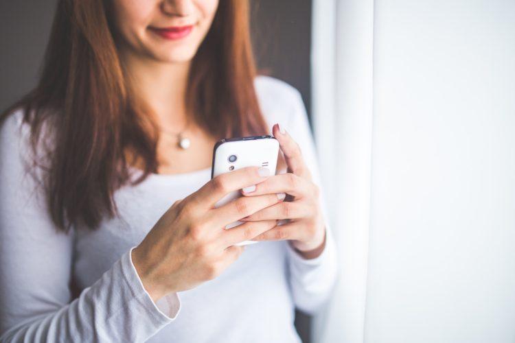 femme accro au téléphone qui fait sa smartphone detox