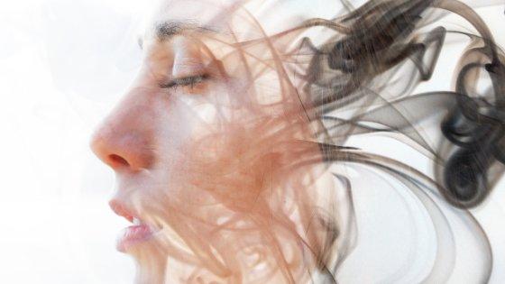 femme en état de transe sous hypnose