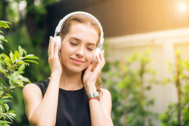 femme sans stress ni anxiété faisant de l'autohypnose
