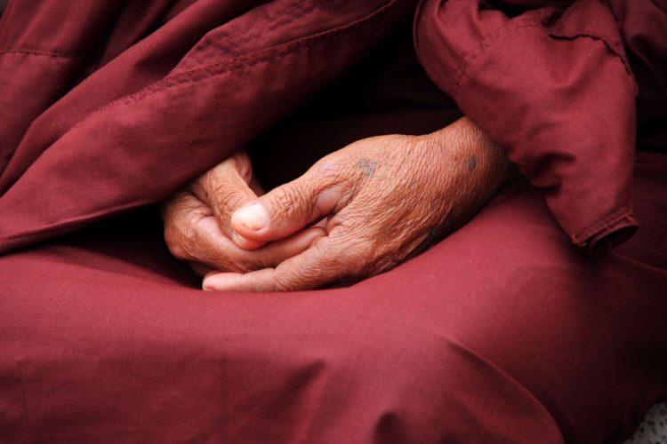 un moine tibétain qui médite